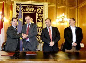 Firma del convenio entre la Diputación y la Junta de Cofradías.
