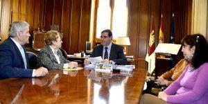 Benjamín Prieto se reúne con la Junta Directiva de la Casa de C-LM en Madrid.