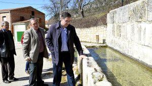 Prieto durante su visita a Poyatos.