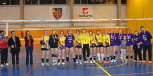 Rocío López entrega trofeo campeón liga cadete regional voleibol