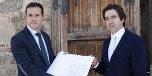 Robisco y Velázquez en la entrega del documento sobre el convenio sanitario-060416