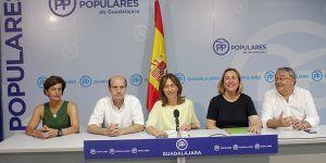 Ana Guarinos y los parlamentarios electos del PP durante  la rueda de prensa de hoy 290616