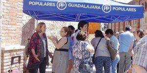 Silvia Valmaña número 1 al Senado y otros miembros del PP hoy en el mercadillo de Guadalajara 110616