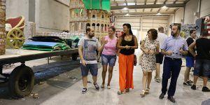 Los concejales de C's Azuqueca de Henares acompañados de miembros del Subcomité Provincial visitan la nave en donde las peñas de Azuqueca ultiman la elaboración de las carrozas