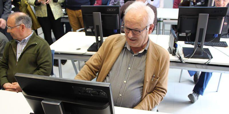 2.500 mayores más se forman en programas de fomento de las TIC del Gobierno regional en los últimos 20 meses