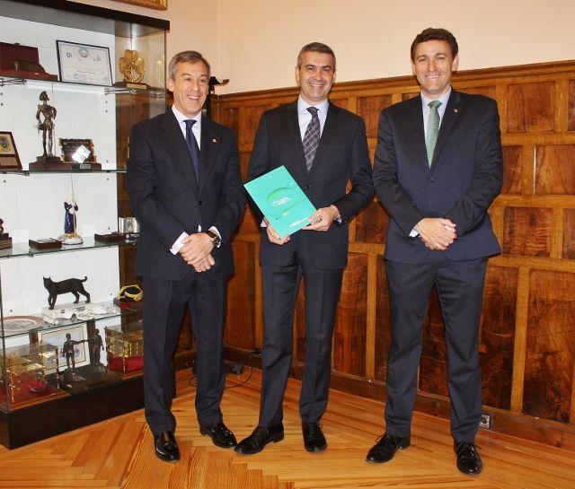 Caja Rural CLM entrega su Memoria Anual al presidente de la Diputación de Toledo