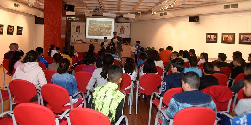 Escolares del Rufino Blanco participan en una lectura comentada del Viaje a la Alcarria en familia