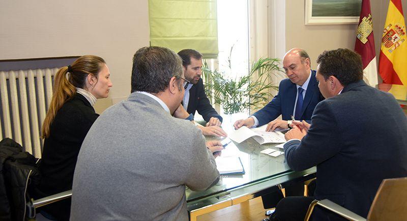 José Manuel Latre se reúne con los representantes de FEACEM