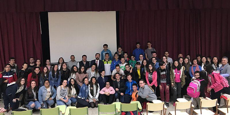Juan Ramón Amores participa junto a Víctor Pardo en un encuentro con jóvenes del IES Julián Zarco de Mota del Cuervo