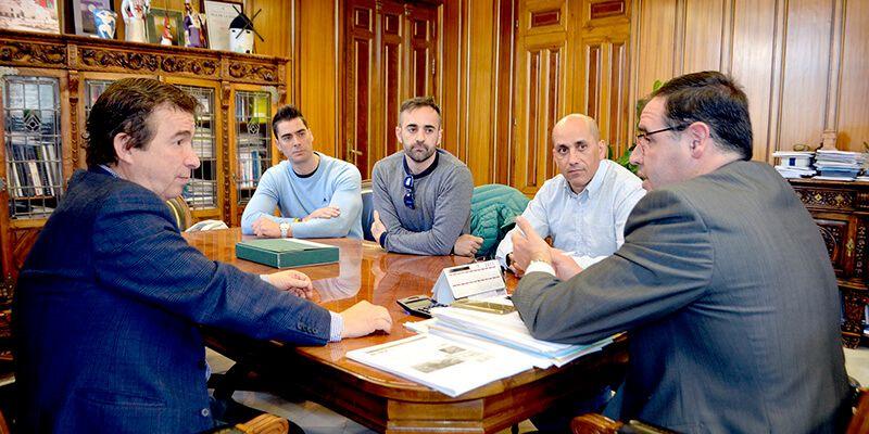 Prieto y miembros del Comité de Empresa del Servicio de Bomberos coinciden en la necesidad de agilizar el proceso de funcionarización