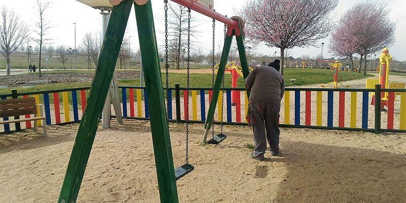 Yebes pone a punto las zonas de juegos infantiles y los espacios comunes de los parques del municipio