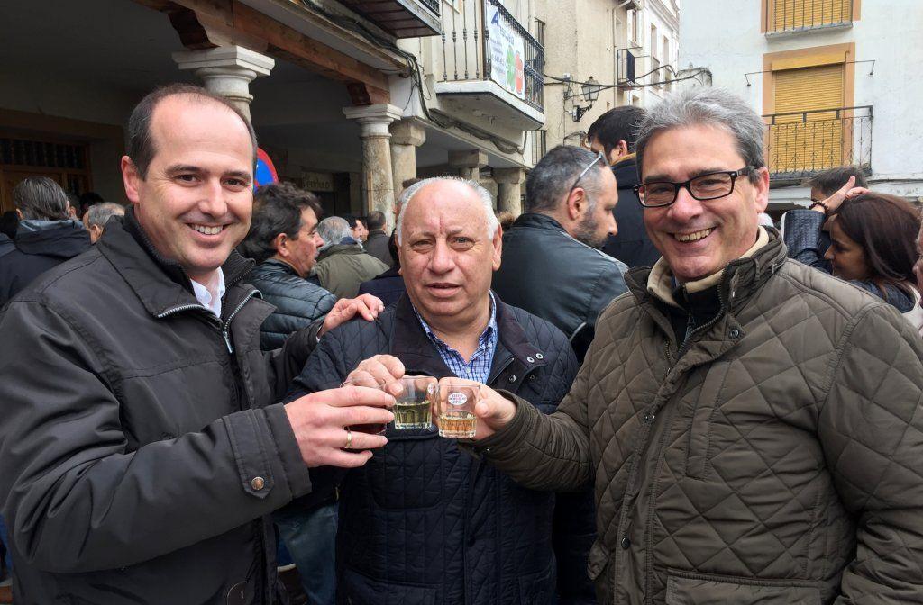 Rojo asiste al concurso del Vino de Horche, donde destaca la colaboración vecinal como una de las claves del éxito de esta festividad p