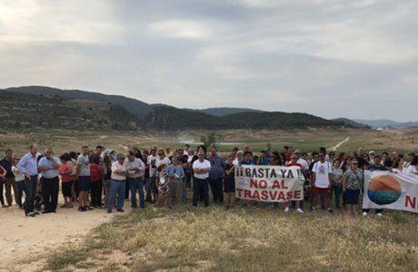 Alcaldes y ediles ribereños marchan junto a decenas de personas en una nueva protesta contra el trasvase