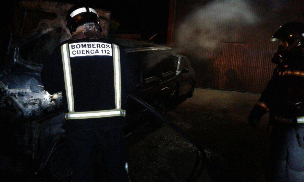 Arden varios vehículos en los alrededores de un taller en Minglanilla