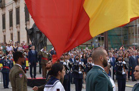 Emocionante y solemne izado de bandera para inaugurar la Plaza de España de Guadalajara