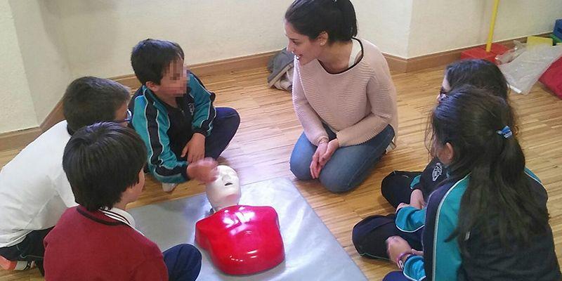Un grupo de residentes del Área Integrada de Guadalajara imparten clases de Reanimación Cardiopulmonar básica a alumnos del colegio Niña María