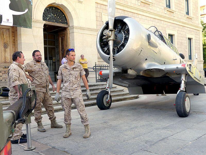 El avión militar histórico T-6 Texan y el motor de un Phantom se incorporan a la exposición del Ejército del Aire en la Diputación