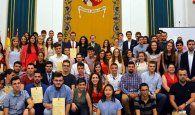 El rector recibe a los estudiantes destacados en el curso 20162017