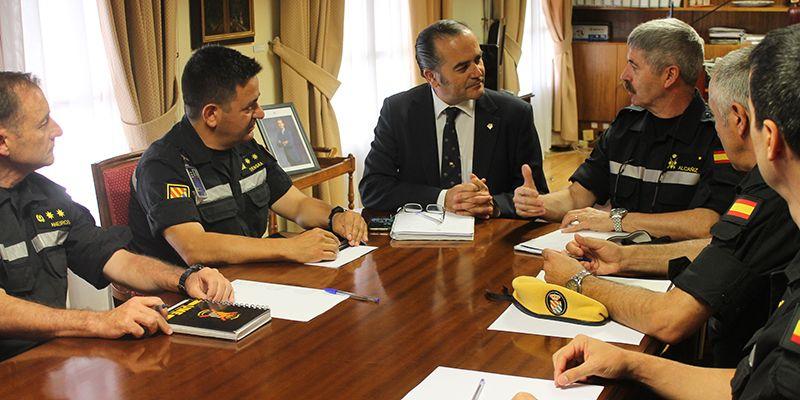 Gregorio se reúne con el teniente general de la UME para coordinar el trabajo de la Unidad durante la campaña de verano en Castilla-La Mancha