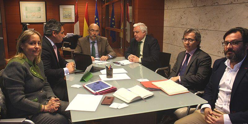 La Junta acuerda con Telefónica España iniciativas que repercutan positivamente en las personas consumidoras de la región