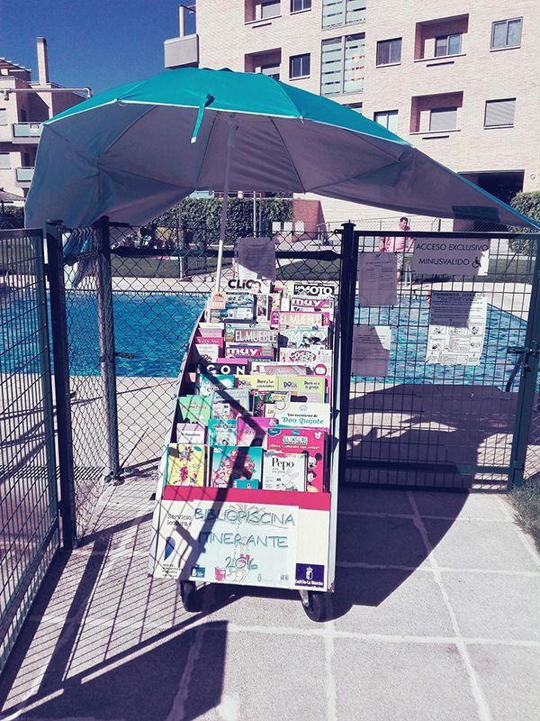 La bibliopiscina animará con lecturas refrescantes a los bañistas de ocho urbanizaciones de Valdeluz