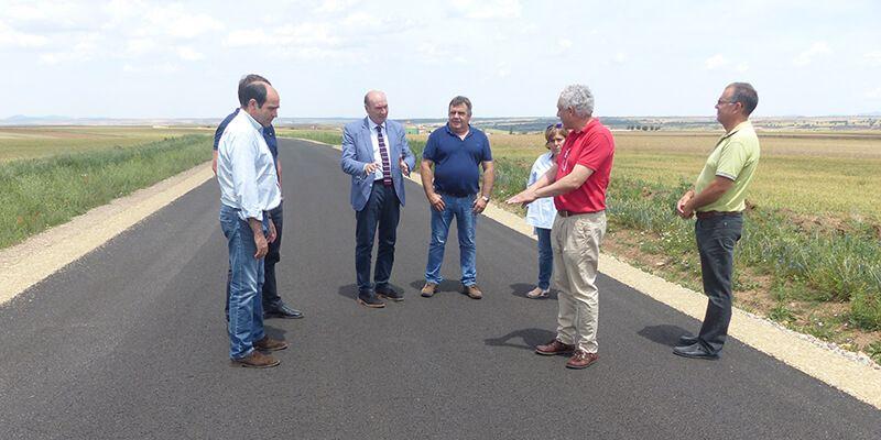 Latre visita las obras de la carretera de Campillo de Dueñas