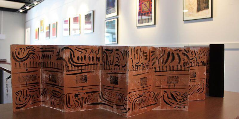 Los símbolos y signos iconográficos de las civilizaciones antiguas resucitan en la Sala de Arte de Valdeluz