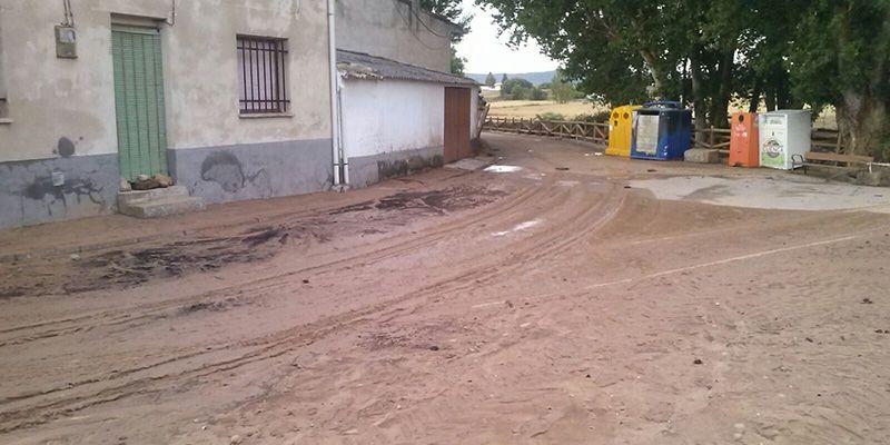 Los servicios de limpieza actúan en Villanueva de los Escuderos tras los efectos de la tormenta