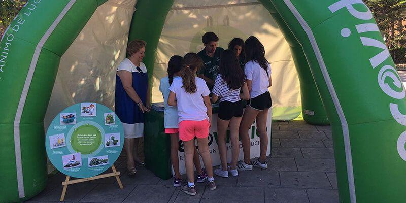 Mr. Iglú Y Ecovidrio enseñan a reciclar a los niños y ciudadanos de Alovera