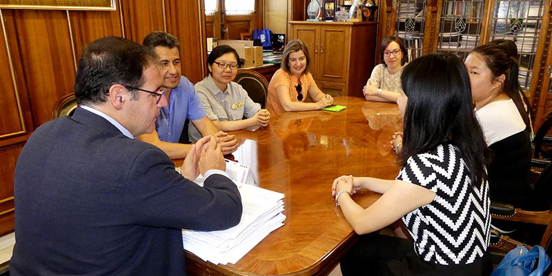 Prieto se despide de las alumnas chinas del IES Alfonso VIII tras tres meses de formación en el ciclo de Comercio y Marketing
