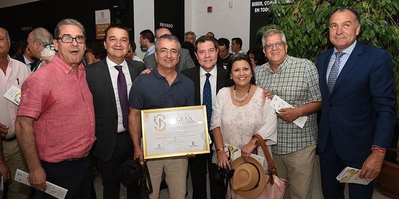 Santos López felicita a Natural Esence por el premio Gran Selección que la acredita como la mejor miel del año