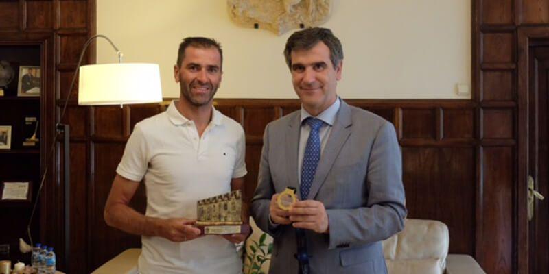 Daniel Molina recibe la felicitación de Antonio Román tras obtener el oro en el campeonato de Europa de para-triatlón