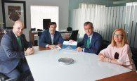 El presidente de Caja Rural CLM visita la sede de FEDA y firma el libro del 40 Aniversario