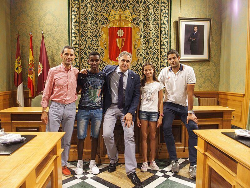 Mariscal recibe a tres grandes jóvenes deportistas conquenses para felicitarles por sus recientes logros esta temporada