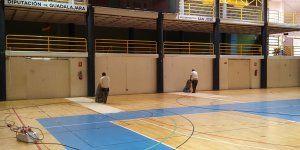 La Diputación de Guadalajara trabaja en la puesta a punto de la pista central del Polideportivo San José