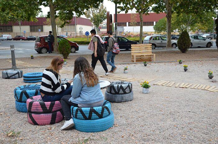 Estudiantes de la Escuela de Caminos convierten en un espacio temporal de ocio la zona de acceso al edificio