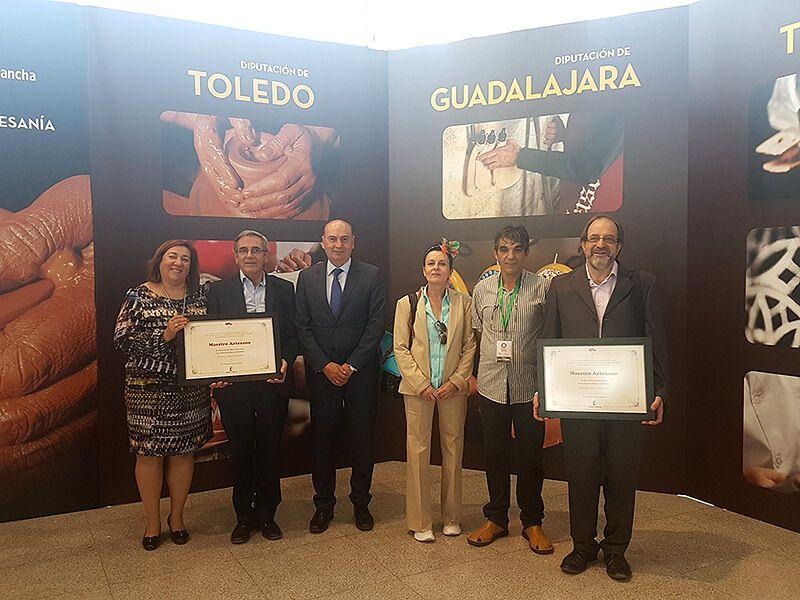 José Manuel Latre felicita a los artesanos de Guadalajara premiados en FARCAMA