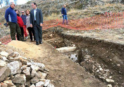 Prieto conoce in situ el último hallazgo arqueológico en Valeria las termas de la ciudad romana y un mosaico