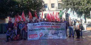 Una treintena de trabajadores de la cárcel de Cuenca se concentran para pedir mejoras laborales
