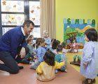 Antonio Román visita la escuela infantil Alfanhuí donde los niños trabajaban hoy en el derecho a jugar, a la vivienda y a la identidad