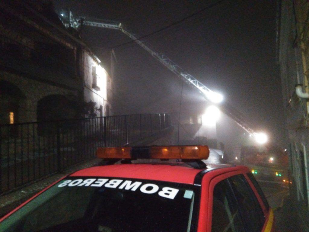 Dos bomberos de Guadalajara, afectados tras 12 horas trabajando en un incendio en Valdepeñas de la Sierra