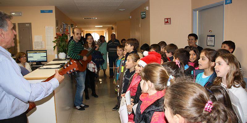 """Los profesionales del Hospital Virgen de la Luz reciben las felicitaciones navideñas de los niños del Colegio """"Fuente del Oro"""" de Cuenca"""