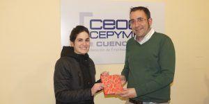 Marta Turégano recoge su premio como ganadora del día de las librerías
