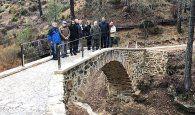 Prieto comprueba in situ la finalización de las obras de rehabilitación del puente medieval de Poyatos