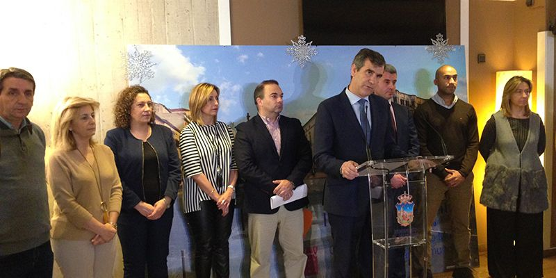 Román anuncia, ante la pasividad de la Junta, que el Ayuntamiento pavimentará los caminos para dar salida al Hospital y al Diocesano