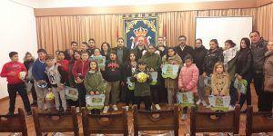 Los alumnos del PRIS de Refuerzo Escolar de Huete reciben regalos de Navidad por su constancia