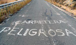 Los vecinos de Mazarulleque recogen firmas para exigir a la Junta la reparación del tramo de la carretera autonómica CM2000