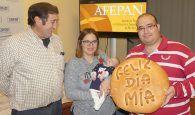 Mía Verdejo Cerro recibe su premio de dos meses de pan como primera persona nacido en 2018 en Cuenca