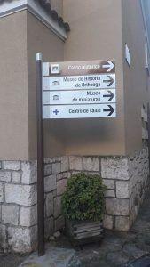 El Ayuntamiento de Brihuega continúa renovando las señales de su casco urbano