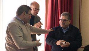 La Hermandad del Bautismo homenajea a su contador Carlos del Pozo en la Junta Extraodinaria
